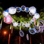 Enfeites iluminados de Natal, no Recife, centralizados na foto.