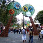 Cenografia de lonas de banners em meio a praça de Garanhuns/Pernambuco para o festival de inverno