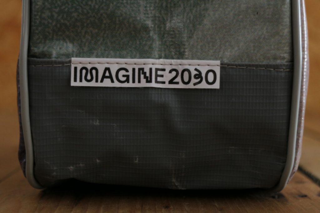 """Bolsa pronta. A bolsa foi feita a partir dos banners recolhidos da exposição """"Imagine 2030 na Virada Sustentável de São Paulo"""", mostrando a identidade do cliente, que é o Imagine 2030."""
