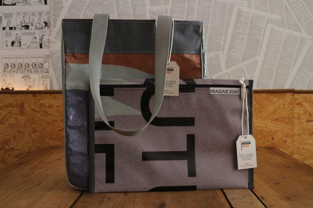 """Duas bolsas prontas a partir do material da lona, com a identidade do cliente """"Imagine 2030"""" e do projeto """"Nossa Lona""""."""